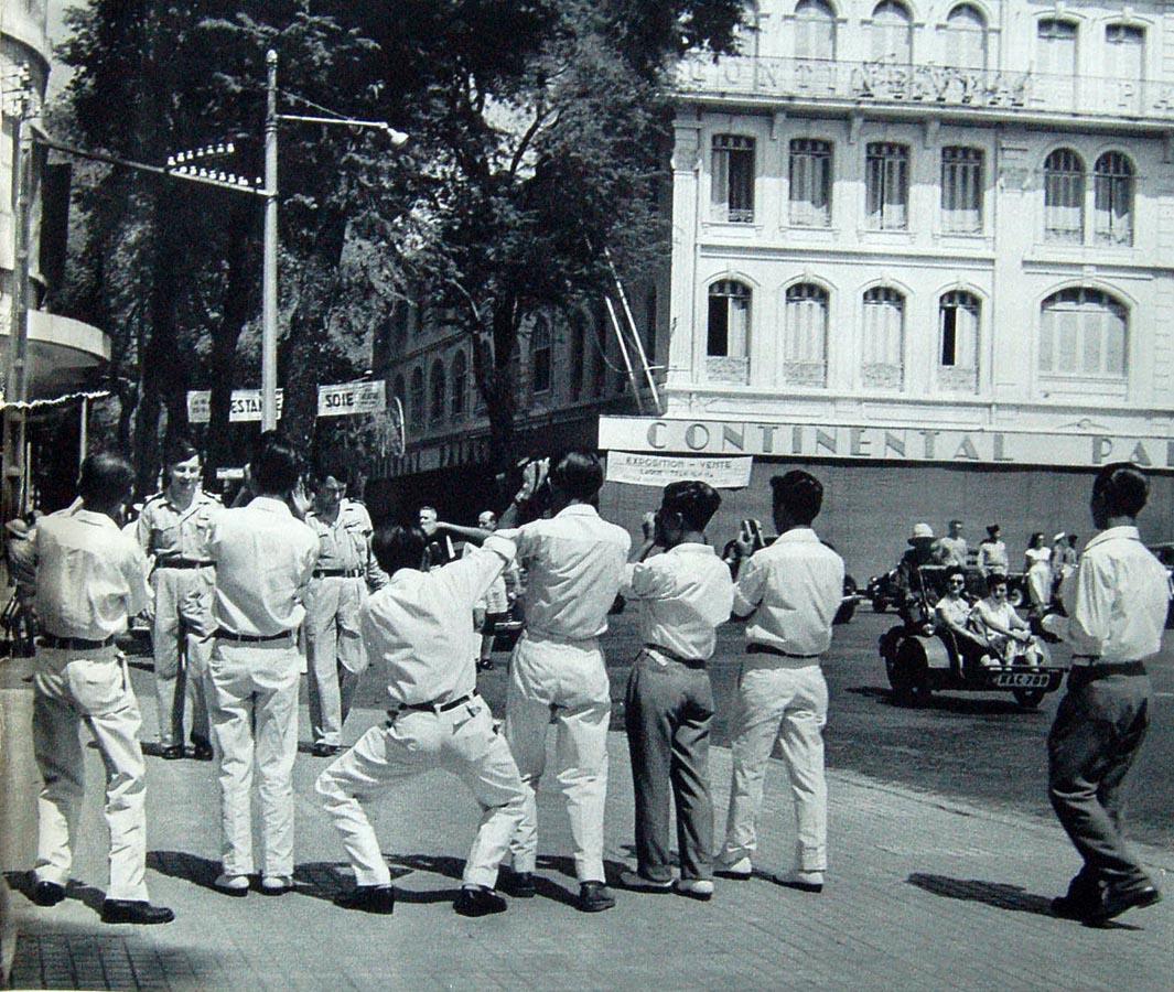Đằng trước nhà hát lớn Sài Gòn