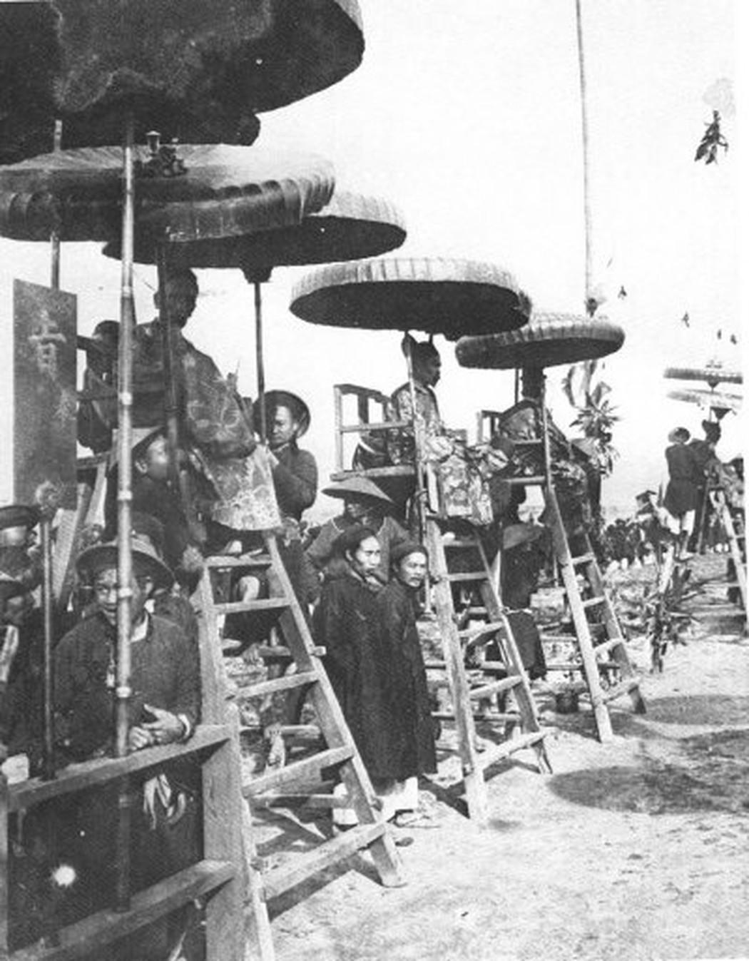 Các quan chủ khảo đang quan sát các thí sinh làm bài. Ảnh chụp tại trường thi Nam Định năm 1897