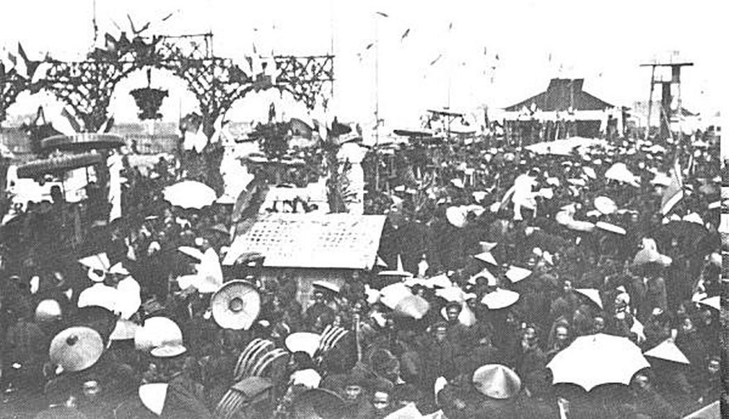 Các sĩ tử và người thân đang chờ xướng danh công bố kết quả thi tại trường thi Nam Định 1897