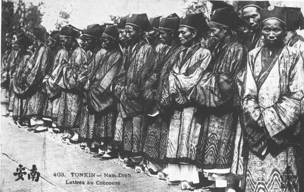 Các tân khoa được ban mũ, áo, hia (1897)