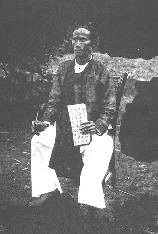 Một học trò với sách chữ Nho Thánh hiền và cây bút lông
