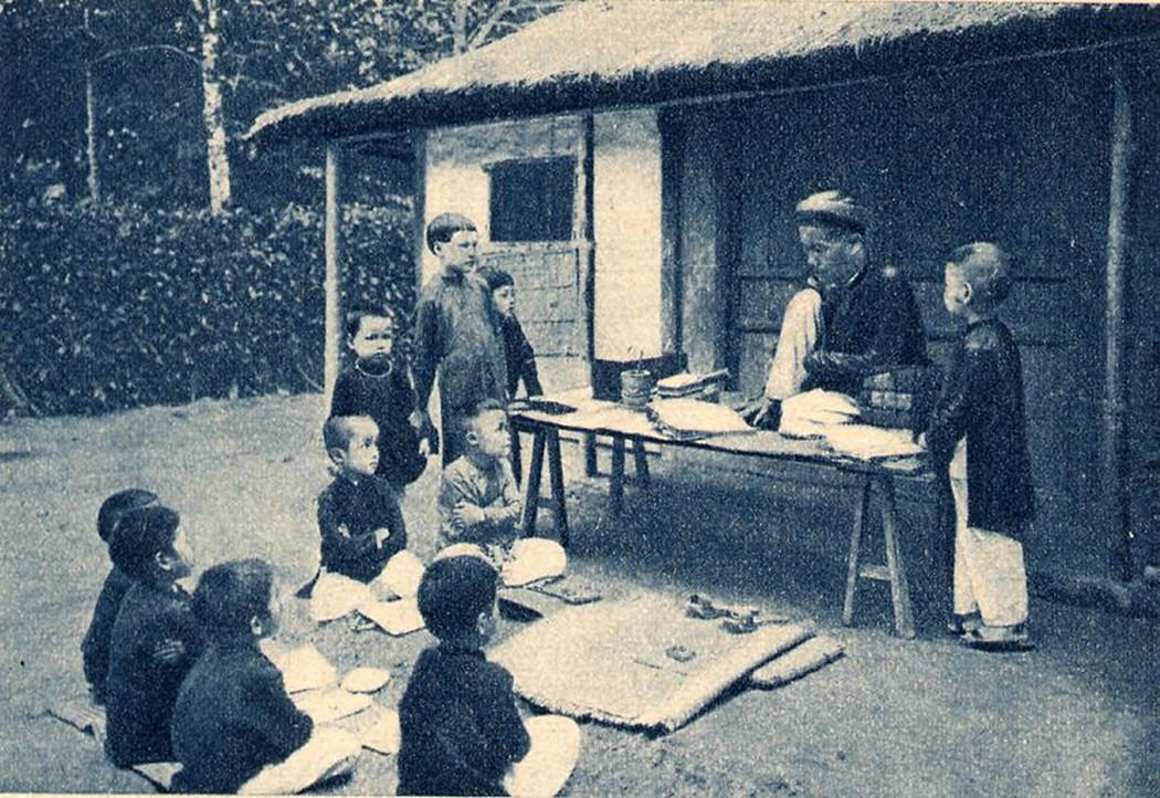 Thầy đồ làng dạy đám học trò chữ Nho