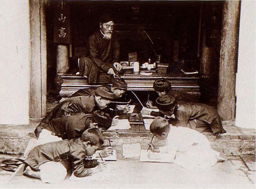 Thầy đồ cầm roi, ngồi trên sập gụ dạy lũ học trò làng chữ Nho