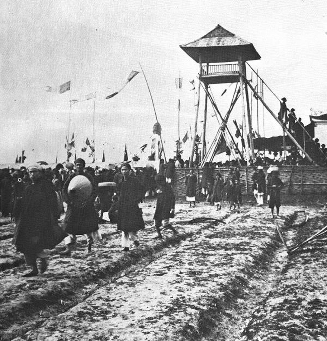 Các thí sinh đi vào quảng trường thi Nam Ðịnh (năm 1897), họ phải tự làm lều và đặt chõng để viết bài