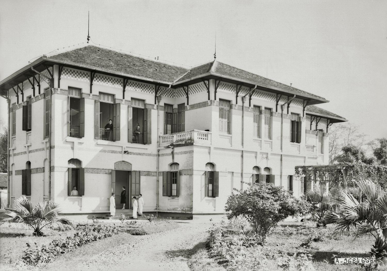 Ngoại cảnh của trường Trung học Albert Sarraut ở Hà Nội đầu thế kỷ 20